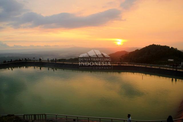 sunset dilihat dari gazebo atas embung nglanggeran