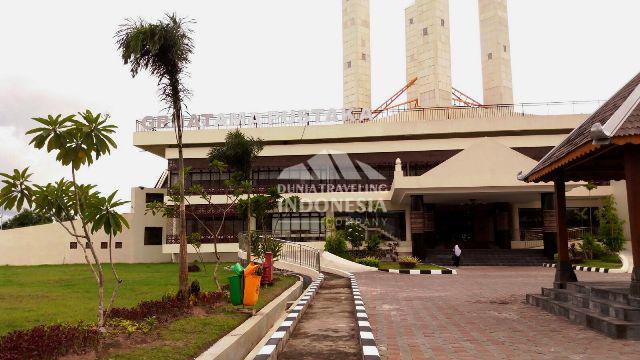 gedung perpustakaan grhatama pustaka terlihat dari halaman depan