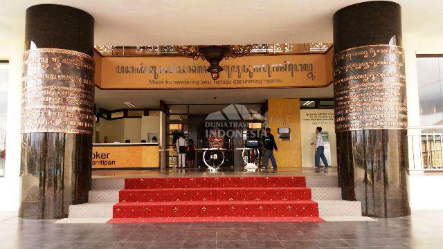pintu masuk ke dalam perpustakaan grhatama pustaka